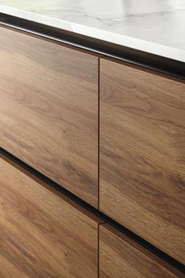 Modern handleless kitchen marble oak